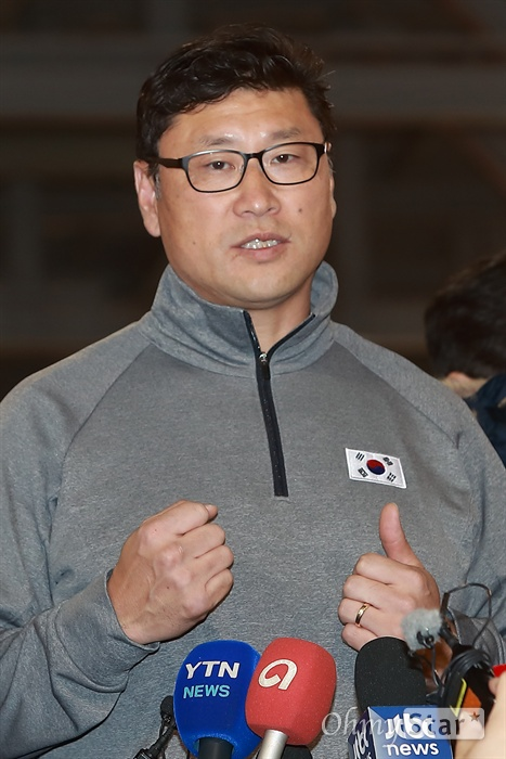 남자 아이스하키 백지선 감독이 10일 오후 충북 진천 국가대표선수촌에서 열린 평창동계올림픽대회 G-30 미디어데이 행사에서 인터뷰를 하고 있다.