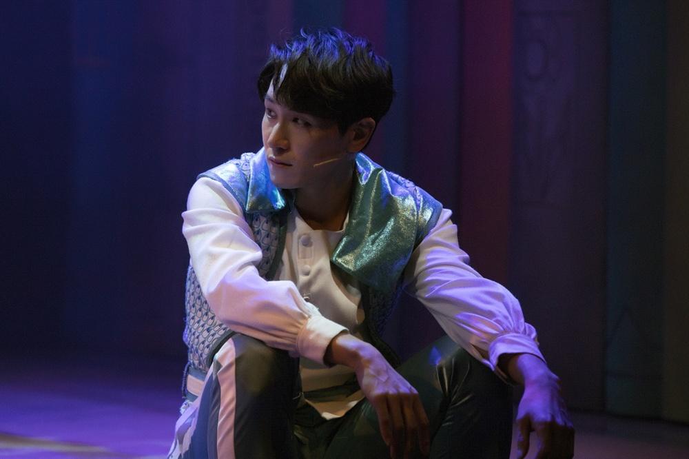 뮤지컬 <난쟁이들>에서 '찰리' 역을 맡은 뮤지컬 배우 조형균의 프로필 이미지 및 공연 사진.