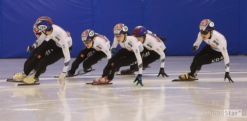 코너 도는 쇼트트랙 선수들 평창 동계올림픽에 출전하는 남녀 쇼트트랙 선수들이 지난 1월 10일 오후 충북 진천 국가대표선수촌 빙상장에서 막바지 훈련에 열중하고 있다.