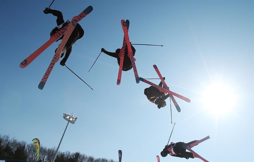 푸른 하늘에 그리는 궤적 지난 2017년 2월 강원도 휘닉스 평창에서 열린 2016/17 FIS 프리스타일 스키 월드컵 하프파이프 남자부 예선 경기에서 캐나다 노아 바우만이 점프하고 있다. (다중촬영)