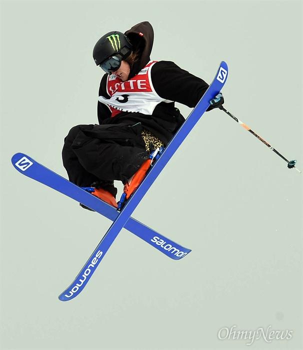 점프하는 스키 슬로프스타일 지난 2016년 2월 18일 강원도 평창군 보광휘닉스파크에서 열린 '2016 FIS 프리스타일 스키-스노보드 월드컵대회' 남자 스키 슬로프스타일 예선 경기에 출전한 제임스 우드(영국)가 슬로프 장애물을 통과한 뒤 점프를 하고 있다.