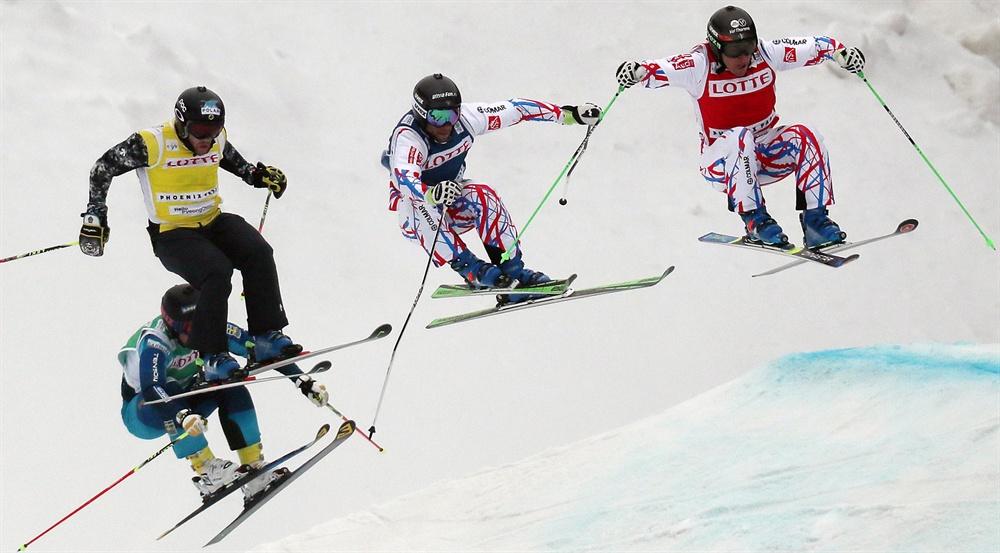 넘고 넘어 지난 2016년 2월 28일 강원도 평창군 보광휘닉스파크에서 2016 국제스키연맹(FIS) 아우디 스키 크로스 월드컵 대회 남자부 준결승 1조 경기가 열리고 있다. 2014 소치동계올림픽 금메달리스트 프랑스의 장 프레드릭 샤퓌(오른쪽)가 출전 선수들과 함께 점프하고 있다.