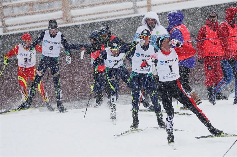 '한잔 하고 갑시다' 지난 2017년 2월 26일 일본 삿포로 시라하타야마 오픈 스타디움에서 열린 2017 삿포로 동계아시안게임 스키 크로스컨트리 남자 30km 매스스타트 경기에서 선수들이 수분을 보충하고 있다.