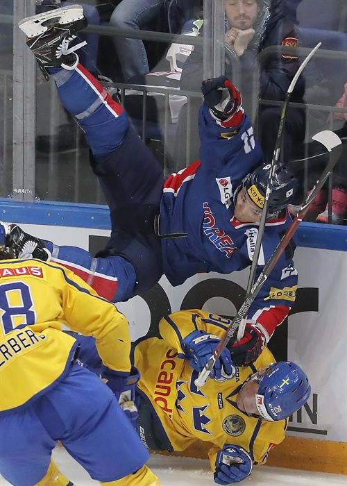 격렬한 충돌 지난 2017년 12월 16일 백지선 감독이 이끄는 대한민국 남자 아이스하키 대표팀이 러시아 모스크바에서 열린 채널원컵 최종전(3차전)에서 세계 랭킹 3위 스웨덴과 경기를 벌이고 있다.