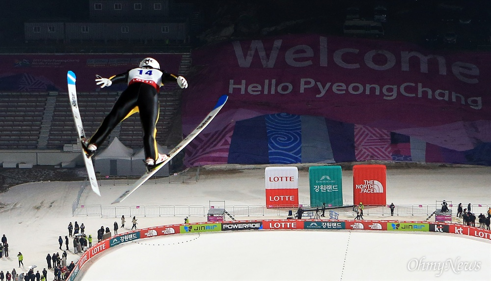 평창을 날아서! 지난 2017년 2월 16일 강원도 평창군 알펜시아 올림픽스키점프센터에서 열린 2017 FIS스키점프 월드컵 경기에 출전한 선수가 점프하고 있다.