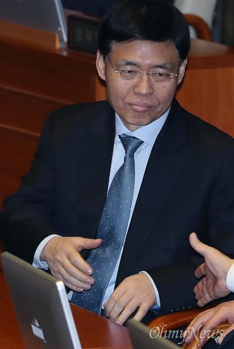 손 내미는 최교일 의원 자유한국당 최교일 의원이 6일 오후 서울 여의도 국회 본회의장에서 동료의원들과 인사하고 있다.