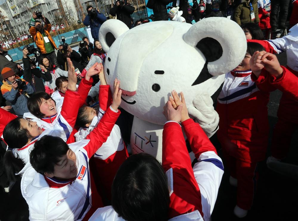 수호랑과 친해진 북측선수단 2018 평창동계올림픽에 참가한 북한 선수단이 8일 오전 강릉 선수촌에서 열린 입촌식에서 올림픽 공식 마스코트인 수호랑과 함께 춤을 추고 있다.