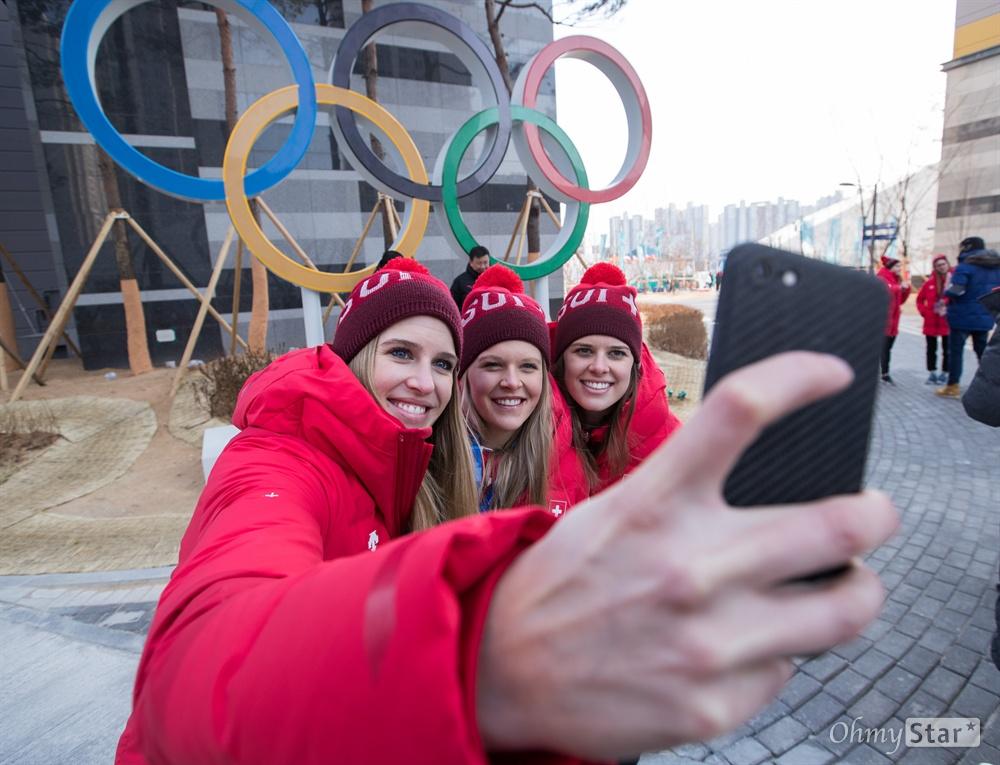 8일 오후 강원도 강릉 올림픽 선수촌에서 스위스 선수들이 올림픽 오륜 조형물에서 기념 사진을 찍고 있다.