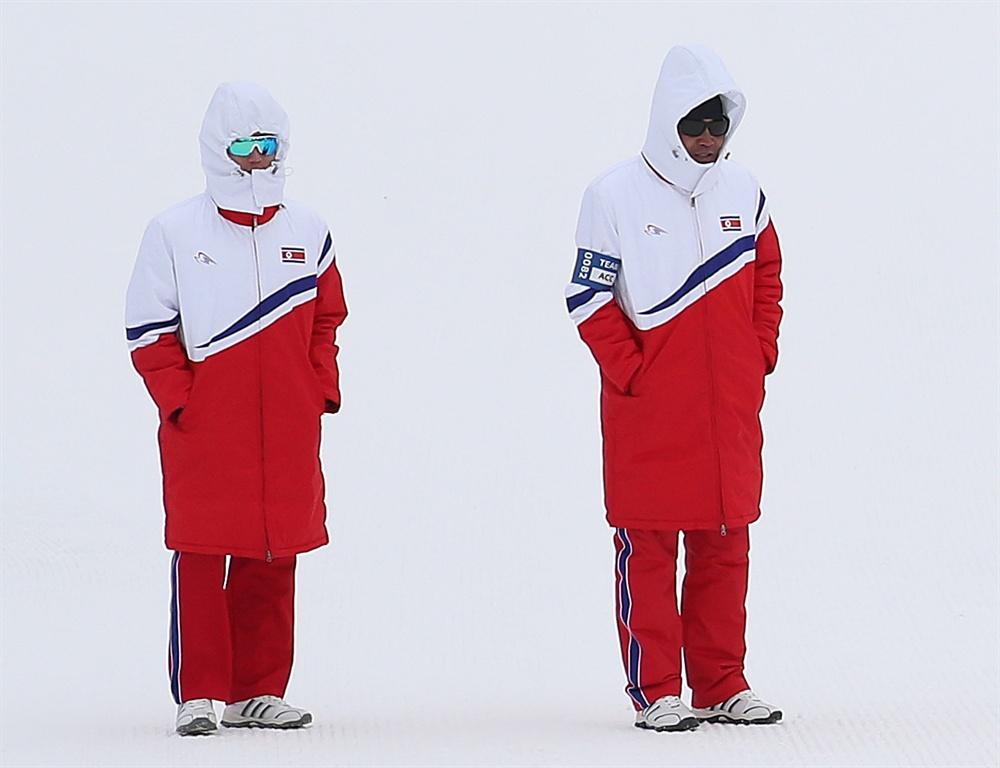 우리선수 응원하는 북측 코치들 11일 오후 평창 알펜시아 크로스컨트리 센터에서 열린 2018평창동계올림픽 크로스컨트리 스키 남자 15km+15km 스키애슬론 경기. 훈련을 위해 경기장을 찾은 북측 코치진이 뒤쳐진 채 홀로 달리는 한국 김은호 선수를 향해 소리쳐 응원하고 있다.