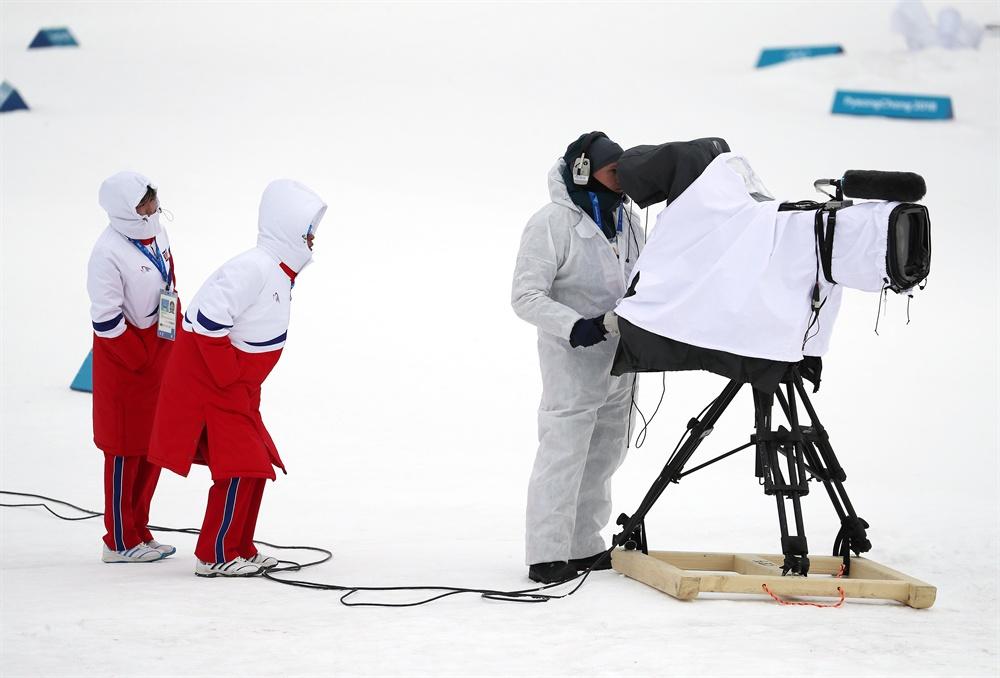 카메라 속 세상이 궁금 11일 오후 평창 알펜시아 크로스컨트리 센터에서 열린 2018평창동계올림픽 크로스컨트리 스키 남자 15km+15km 스키애슬론 경기.훈련을 위해 경기장을 찾은 북한 코치진이 궁금한 듯 중계 카메라를 바라보고 있다.