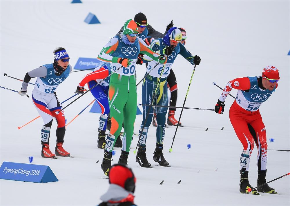 역주하는 김은호 11일 오후 평창 알펜시아 크로스컨트리 센터에서 열린 2018평창동계올림픽 크로스컨트리 스키 남자 15km+15km 스키애슬론 경기에 출전한 한국의 김은호(왼쪽 끝)가 역주하고 있다.