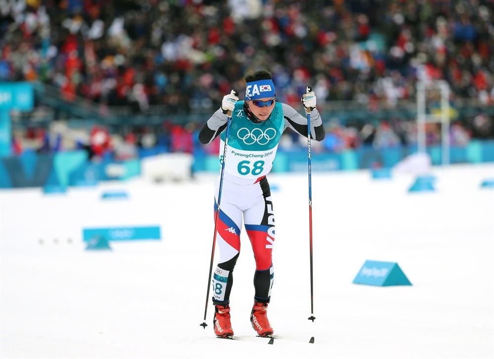 역주하는 김은호 11일 오후 평창 알펜시아 크로스컨트리 센터에서 열린 2018평창동계올림픽 크로스컨트리 스키 남자 15km+15km 스키애슬론 경기에 출전한 한국의 김은호가 역주하고 있다.