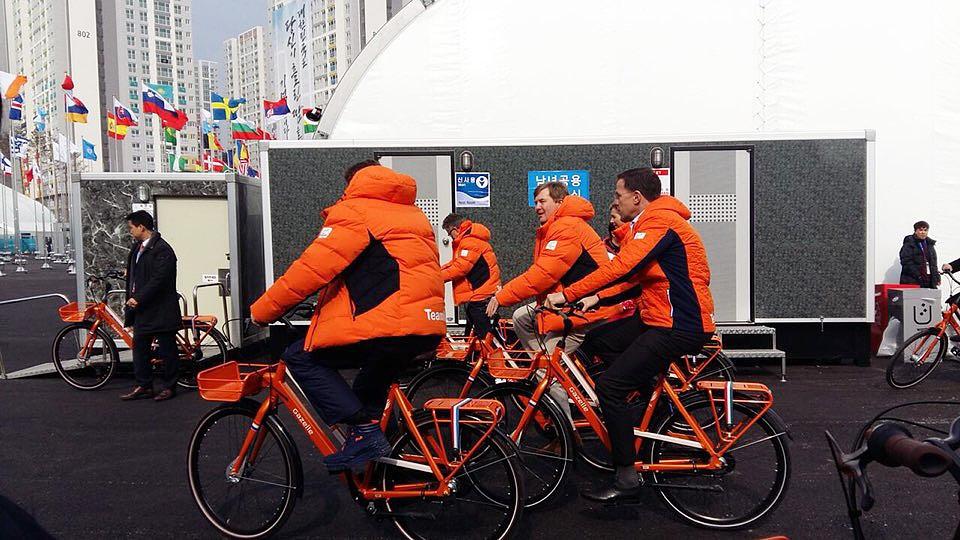 평창동계올림픽에 참가중인 네델란드 빌렘 알렉산더 국왕 내외가 10일 강릉 선수촌에서 자전거를 함께 타고 다니며 선수들을 격려하고 기념촬영을 했다.