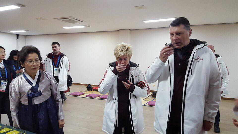 평창동계올림픽에 참가중인 라트비아의 라이몬즈 베요니스 대통령 부부가 9일 강릉 오죽헌을 찾아 전통 한과와 차를 마시며 신사임당과 율곡 이이의 이야기를 관심있게 들었다.