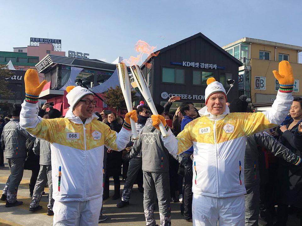 평창동계올림픽에 참석중인 모나코 국왕이자 IOC 위원인 알버트공이 9일 개막식 당일 평창 성화봉송 주자로 참여했다. 알버트공이 배우 김의성(사진 왼쪽)에게 '토치키스'로 성화 불꽃을 넘겼다.