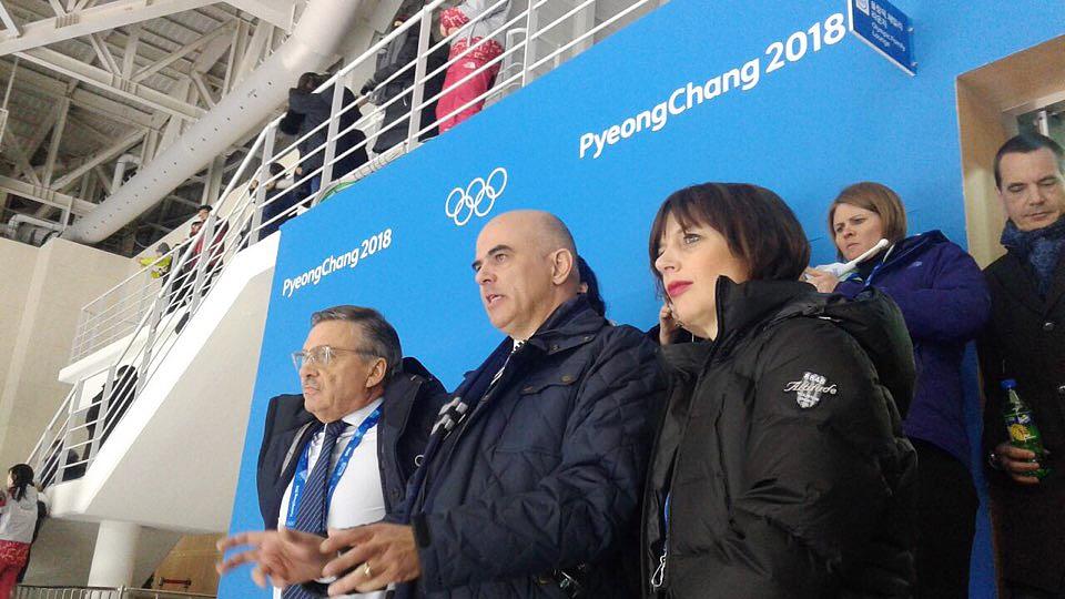 평창동계올림픽에 참석한 스위스 알랭 베르세 대통령이 10일 스위스 여자아이스하키팀과 남북단일팀 경기를 관람한 뒤 선수들을 격려했다.