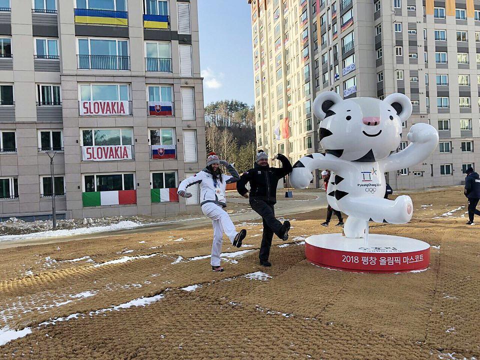 평창동계올림픽에 참가중인 슬로바키아 안드레이 키스카 대통령이 10일 평창선수촌을 방문해 마스코트인 수호랑의 자세를 흉내내고 있다.