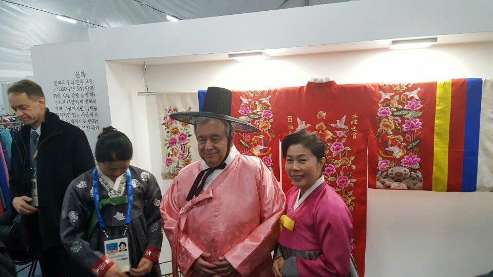 평창동계올림픽에 참가한 안토니우 구테흐스 유엔 사무총장이 8일 강릉선수촌에서 한복체험을 하고 있다.