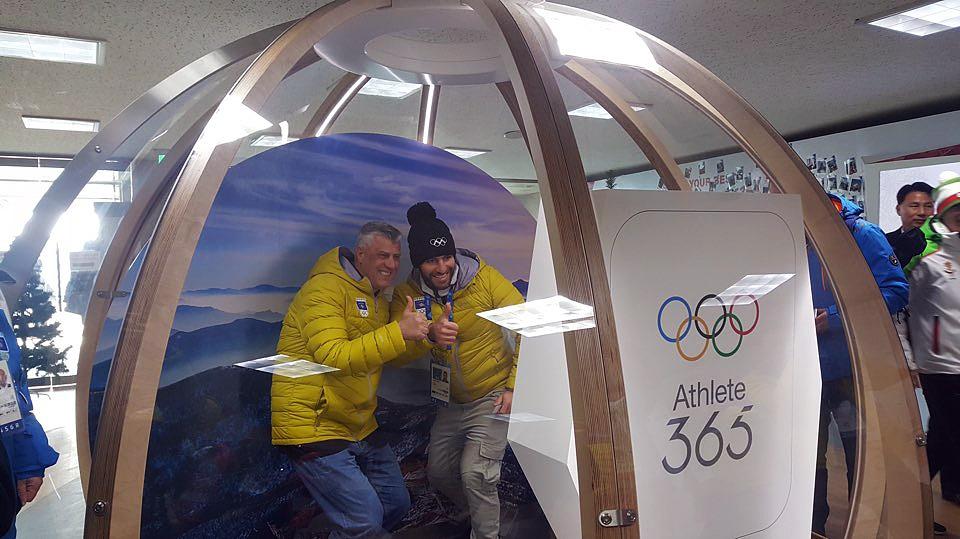 동계올림픽에 처음 참가한 코소보의 하심 타치 대통령이 10일 오후 평창동계올림픽이 열리는 평창선수촌에서 유일한 참가 선수인 타히리 알파인스키 선수와 기념촬영을 했다.