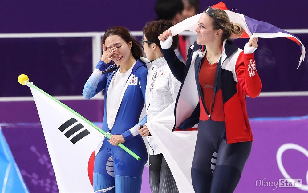 빙상여제 이상화의 '눈물' 이상화 선수가 18일 오후 강원도 강릉스피드스케이팅 경기장에서 열린 평창동계올림픽 여자 스피드스케이팅 500미터에서 37초33을 기록하며 은메달을 획득한 뒤 눈물을 흘리고 있다.