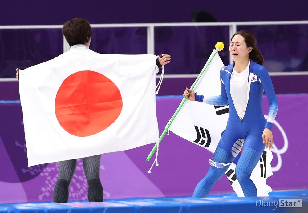 이상화와 고다이라 '격려와 위로' 이상화 선수가 18일 오후 강원도 강릉스피드스케이팅 경기장에서 열린 평창동계올림픽 여자 스피드스케이팅 500미터에서 37초33을 기록하며 은메달을 획득했다. 눈물을 흘리는 이상화 선수를 금메달을 획득한 일본 고다이라 선수가 맞이하며 서로 위로와 격려를 하고 있다.