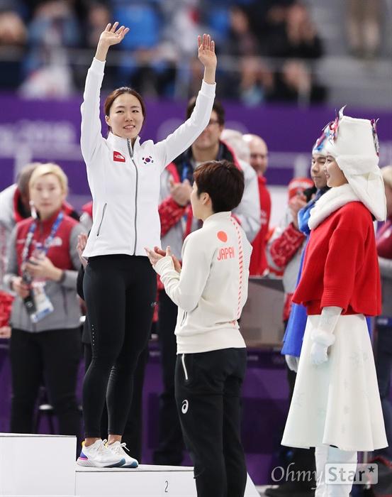 빙속여제 이상화 은메달! 이상화 선수가 18일 오후 강원도 강릉스피드스케이팅 경기장에서 열린 평창동계올림픽 여자 스피드스케이팅 500미터에서 37초33을 기록하며 은메달을 획득했다. 시상대에 오른 이상화 선수가 손을 들어 인사하고 있다.