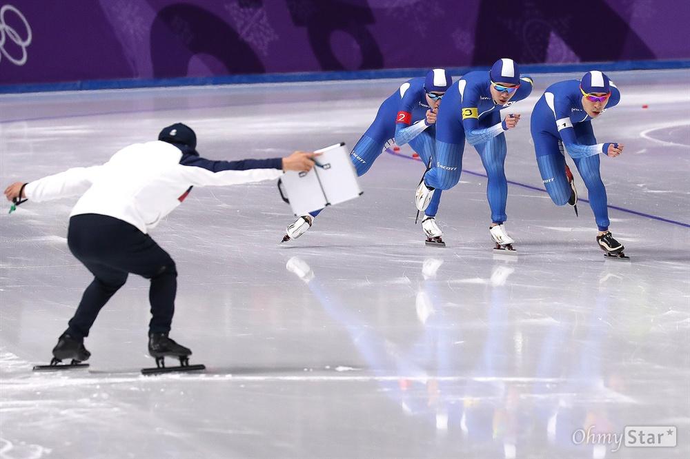 남자 팀추월 은메달! 이승훈, 정재원, 김민석 선수가 21일 오후 강원도 강릉 스피드스케이팅 경기장에서 열린 평창동계올림픽 남자 팀추월 결승에서 은메달을 획득했다.