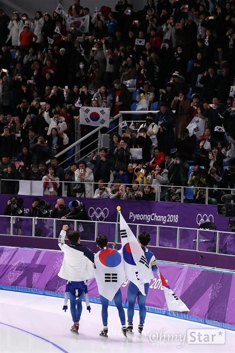 남자 팀추월 은메달! 이승훈, 정재원, 김민석 선수가 21일 오후 강원도 강릉 스피드스케이팅 경기장에서 열린 평창동계올림픽 남자 팀추월에서 은메달을 획득한 뒤 태극기를 들고 관중들에게 인사하고 있다.