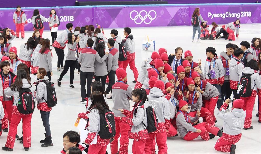 쇼트트랙 추억남기기 22일 강릉 아이스아레나에서 쇼트트랙 남자 500m와 5,000m 계주, 여자 1,000m 결선 경기를 끝으로 2018 평창동계올림픽 쇼트트랙 경기가 대단원의 막을 내린 직후, 쇼트트랙 경기부 소속 자원봉사자 120여명이 트랙에 모여 기념 촬영을 하며 모든 경기를 무사히 치른 것을 자축하고 있다.