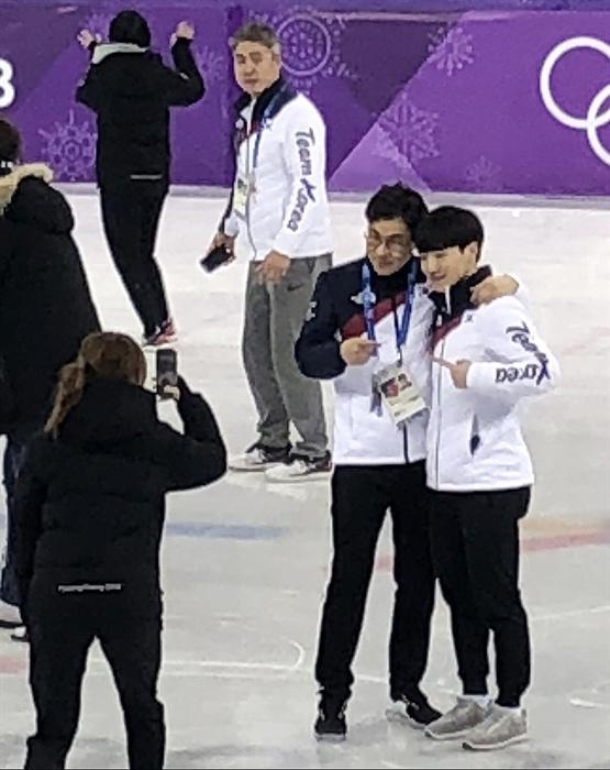 기념촬영하는 쇼트트랙 대표팀 평창동계올림픽 쇼트트랙 모든 경기를 마친  22일 강릉아이스아레나에서 김선태 감독과 서이라가 기념촬영을 하고 있다.