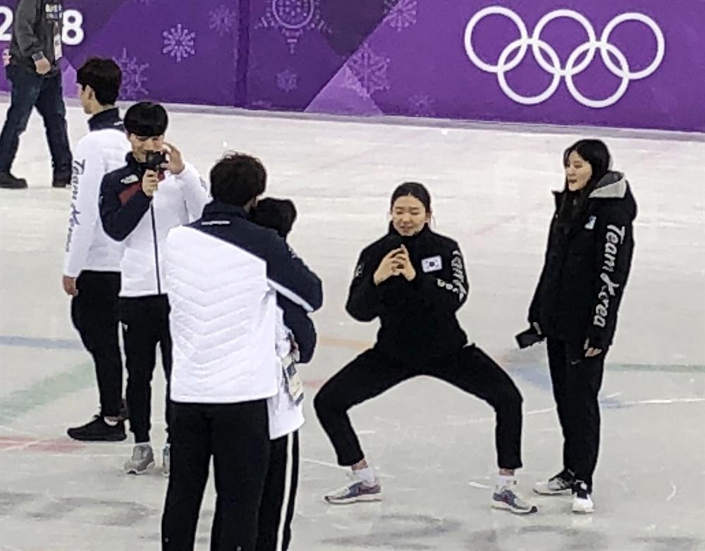 기념촬영 해주는 심석희 평창동계올림픽 쇼트트랙 모든 경기를 마친  22일 강릉아이스아레나에서 심석희가 남자선수들 기념촬영을 하고 있다.
