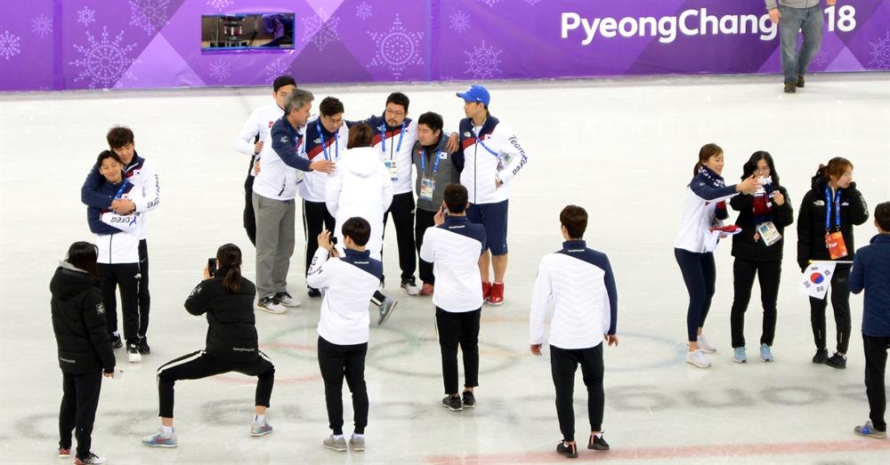 기념촬영하는 쇼트트랙 대표팀 평창동계올림픽 쇼트트랙 모든 경기를 마친  22일 강릉아이스아레나에서 한국 감독과 선수들이 기념촬영을 하고 있다.