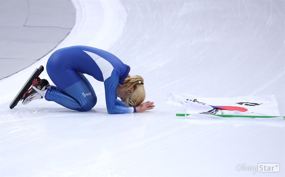 관중향해 큰절하는 김보름 김보름 선수가 24일 오후 강원도 강릉 스피드스케이팅 경기장에서 열린 평창동계올림픽 매스스타트 경기에서 은메달을 획득했다. 태극기를 펼쳐놓은 김보름 선수가 관중들을 향해 큰절하고 있다.