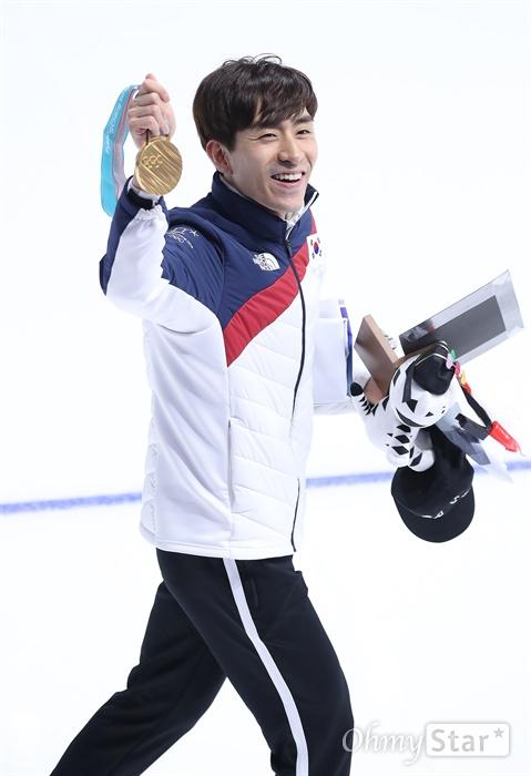 활짝 웃으며 경기장 떠나는 이승훈 이승훈 선수가 24일 오후 강원도 강릉 스피드스케이팅 경기장에서 열린 평창동계올림픽 매스스타트 경기에서 금메달을 획득한 가운데 밝은 표정으로 메달을 보여주며 경기장을 떠나고 있다.