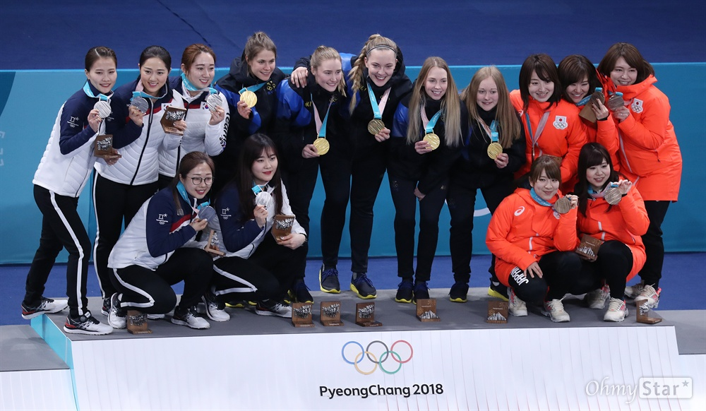 모두가 기쁜 컬링 시상대 평창동계올림픽에서 은메달을 획득한 한국 여자 컬링팀 김은정, 김경애, 김선영, 김영미, 김초희. 선수가 25일 강원도 강릉컬링센터에서 열린 시상식에서 금메달을 딴 스웨덴, 동메달을 딴 일본팀 선수들과 함께 기념촬영을 하고 있다.