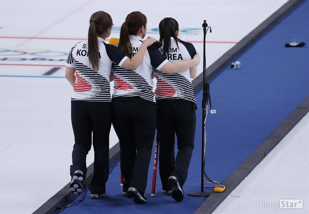 힘겨운 결승전, 서로 격려하는 '팀 킴' 25일 오전 스웨덴과 힘겨운 결승전을 치른 여자 컬링 선수들이 서로를 감싸주고 있다. 이 경기에서 한국팀은 3대 8로 져서 은메달을 획득했다.
