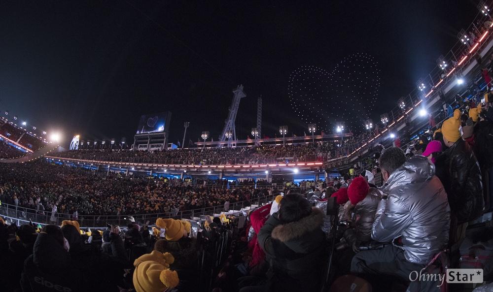 평창 하늘을 수놓은 '드론 하트' 25일 오후 강원도 평창동계올림픽 스타디움에서 열린 2018평창 동계올림픽 폐막식에서 하늘에 드론쇼가 펼쳐져 하트를 만들고 있다.