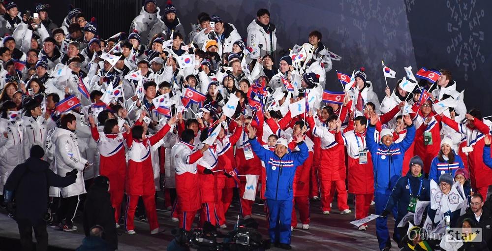 폐막식 입장하는 남북 선수들 25일 오후 강원도 평창동계올림픽 스타디움에서 열린 2018평창 동계올림픽 폐막식에서 남북 선수들이 태극기, 인공기, 한반도기를 흔들며 입장하고 있다.