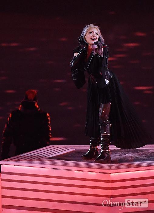 가수 씨엘, 평창동계올림픽 폐막 공연 24일 오후 강원도 평창 올림픽 스타디움에서 진행된 2018 평창동계올림픽 폐회식에서 가수 씨엘이 공연을 하고 있다.