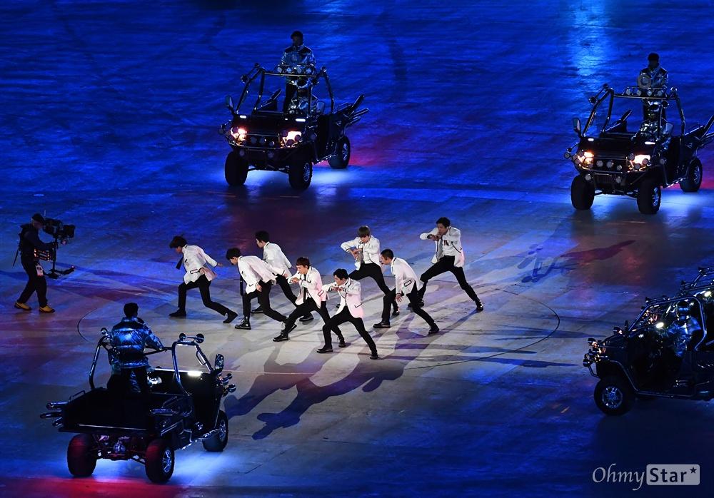 그룹 엑소, 폐막식 화려한 공연 25일 오후 강원도 평창 올림픽스타디움에서 진행된 2018 평창동계올림픽 폐회식에서 그룹 엑소가 멋진 공연을 선보이고 있다.