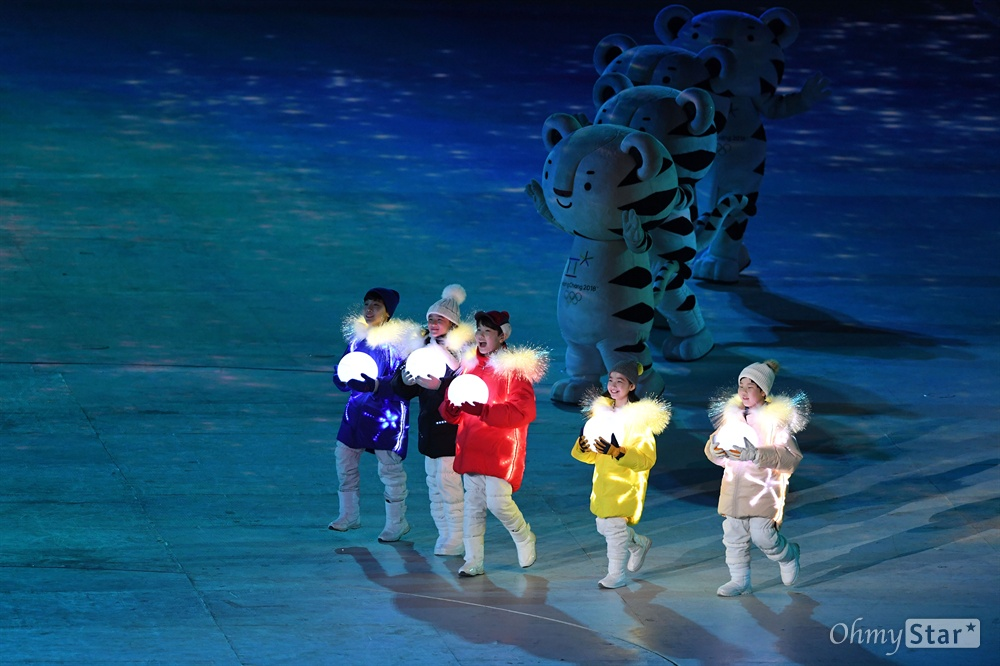 25일 오후 강원도 평창 올림픽스타디움에서 열린 2018 평창동계올림픽 폐회식에서 성화 소화 눈꽃의 인사공연이 펼쳐지고 있다.