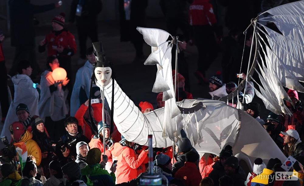 25일 오후 강원도 평창 올림픽스타디움에서 열린 2018 평창동계올림픽 폐회식에서 인면조가 등장하고 있다.
