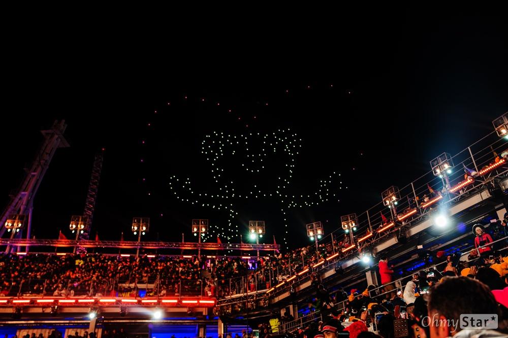 25일 오후 강원도 평창동계올림픽 스타디움에서 열린 2018평창 동계올림픽 폐막식에서 드론이 수호랑을 그리고 있다.