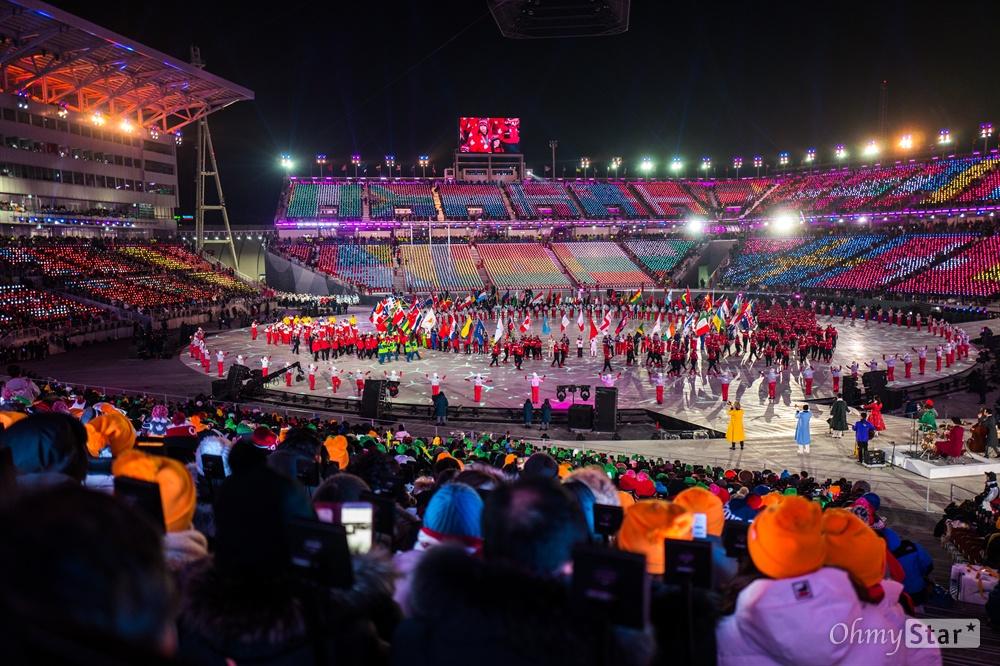 25일 오후 강원도 평창동계올림픽 스타디움에서 열린 2018평창 동계올림픽 폐막식에서 기수단이 입장하고 있다.