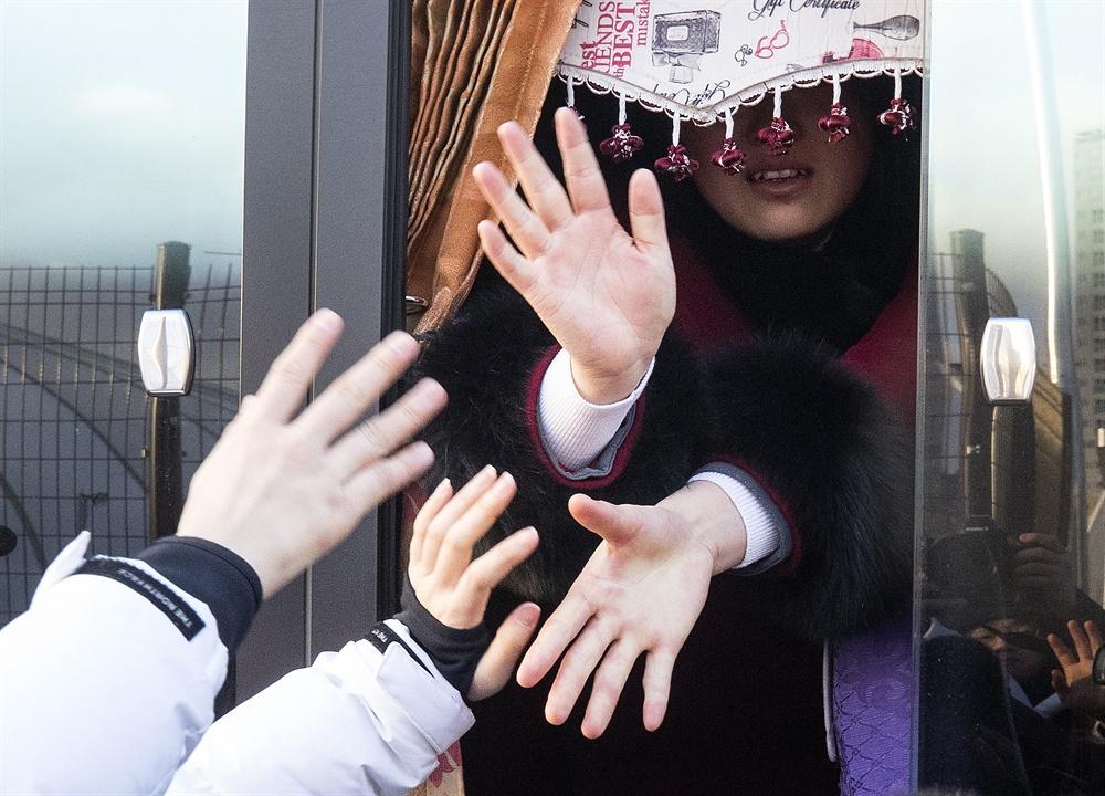 잡고 싶은 그 손 2018평창동계올림픽이 끝난지 하루가 지난 26일 오전 강릉 올림픽 선수촌에서 남북 여자 아이스 하키팀이 작별 인사를 하고 있다.