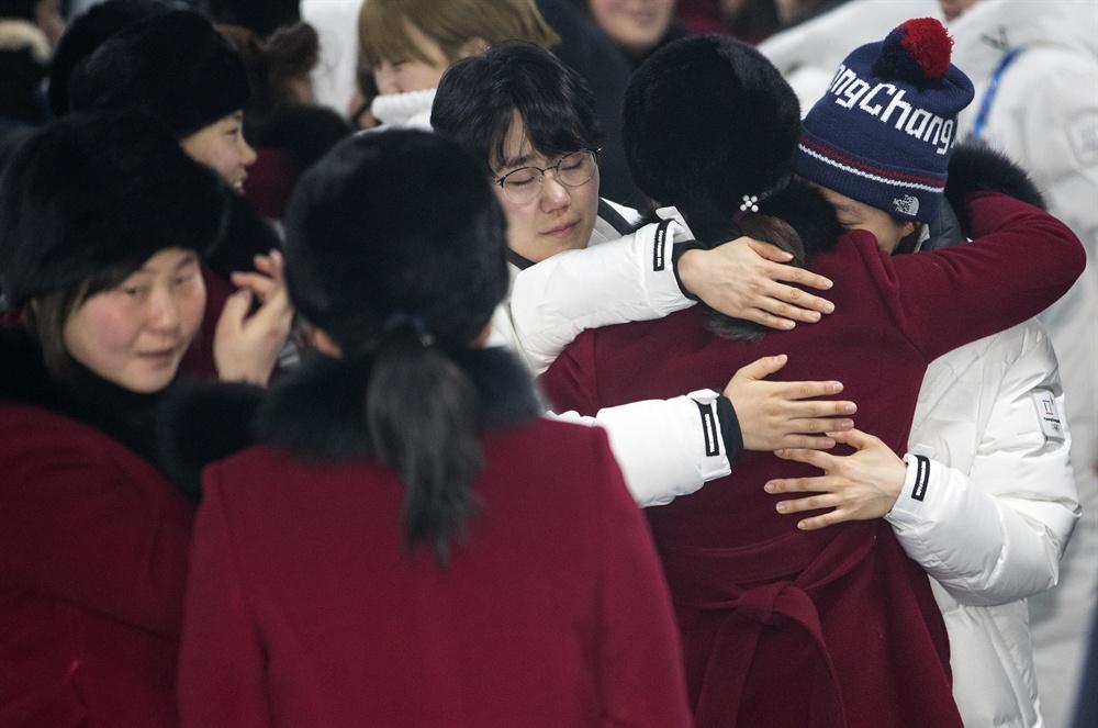 작별인사하는 남북 여자 하키팀 2018평창동계올림픽이 끝난지 하루가 지난 26일 오전 강릉 올림픽 선수촌에서 남북 여자 아이스 하키팀 선수들이 작별 인사를 하고 있다.