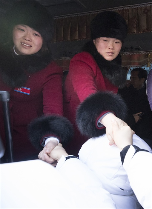 아쉬운 작별 2018평창동계올림픽이 끝난지 하루가 지난 26일 오전 강릉 올림픽 선수촌에서 남북 여자 아이스 하키팀이 작별 인사를 하고 있다.