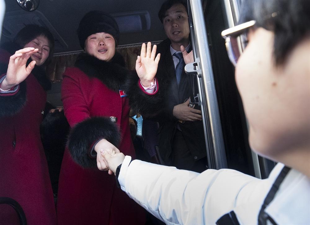 '또 만나요', 눈물 흘리며 작별 2018평창동계올림픽이 끝난지 하루가 지난 26일 오전 강릉 올림픽 선수촌에서 남북 여자 아이스 하키팀이 작별 인사를 하고 있다.