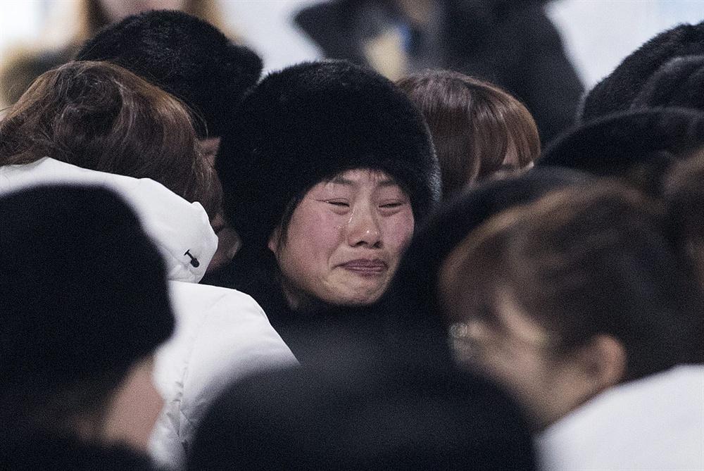 울먹이는 북측 선수 2018평창동계올림픽이 끝난지 하루가 지난 26일 오전 강릉 올림픽 선수촌에서 남북 여자 아이스 하키팀이 작별 인사를 하고 있다.