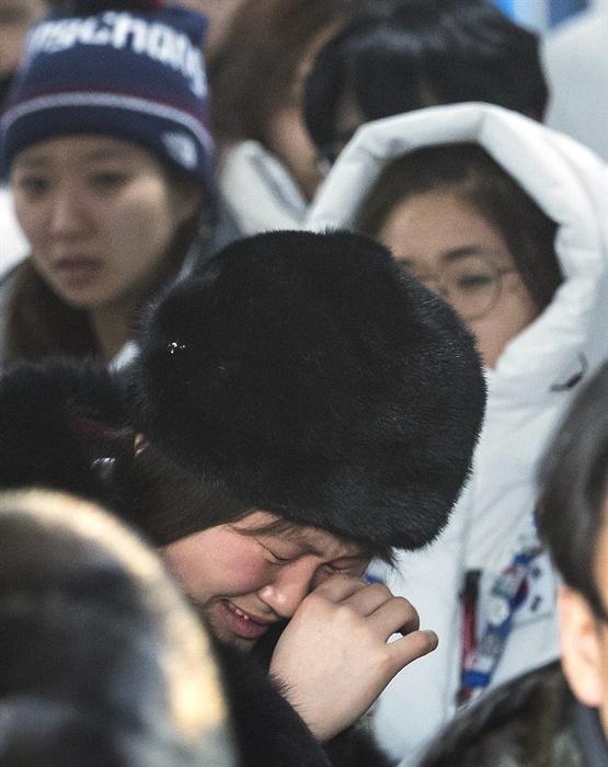 남북단일팀 눈물의 작별 2018평창동계올림픽이 끝난지 하루가 지난 26일 오전 강릉 올림픽 선수촌에서 남북 여자 아이스 하키팀 선수들이 작별 인사를 하고 있다.
